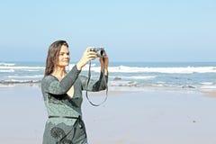 Den härliga kvinnan gör härliga bilder på stranden i Portuga Arkivfoto