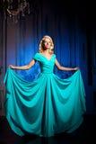 Den härliga kvinnan gillar en prinsessa i slotten Lyxig rik fa Royaltyfri Fotografi