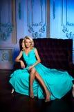 Den härliga kvinnan gillar en prinsessa i slotten Lyxig rik fa Arkivfoton