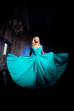 Den härliga kvinnan gillar en prinsessa i slotten Lyxig rik fa Royaltyfria Foton