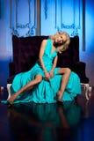 Den härliga kvinnan gillar en prinsessa i slotten Lyxig rik fa Arkivfoto