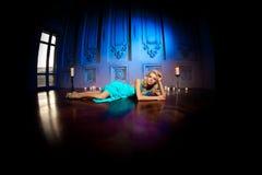 Den härliga kvinnan gillar en prinsessa i slotten Lyxig rik fa Royaltyfri Foto