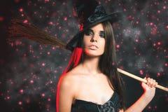 Den härliga kvinnan gillar häxan Mode Allhelgonaaftondräkter royaltyfri fotografi