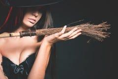 Den härliga kvinnan gillar häxan Mode Allhelgonaaftondräkter arkivbilder
