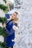 Den härliga kvinnan har fått borttappad mellan jullandskap Arkivfoto