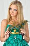 Den härliga kvinnan i aftonkappa med karneval maskerar. royaltyfri fotografi