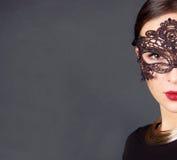 Den härliga kvinnan i dyr halsband royaltyfri foto