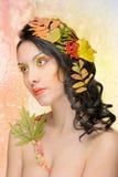 Den härliga kvinnan i hösten avbildar. Härlig idérik makeup Fotografering för Bildbyråer