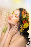 Den härliga kvinnan i hösten avbildar. Härlig idérik makeup Royaltyfri Foto