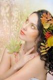 Den härliga kvinnan i hösten avbildar. Härlig idérik makeup Royaltyfri Fotografi