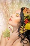 Den härliga kvinnan i hösten avbildar. Härlig idérik makeup Arkivbild