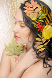 Den härliga kvinnan i hösten avbildar. Härlig idérik makeup Royaltyfria Bilder