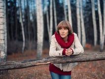Den härliga kvinnan i hösten parkerar Fotografering för Bildbyråer