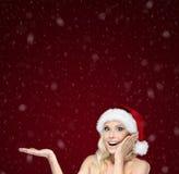 Den härliga kvinnan i jullockgester gömma i handflatan upp royaltyfri bild