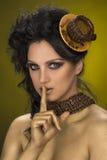 Den härliga kvinnan i kaffestil och visningtystnad gör en gest Fotografering för Bildbyråer