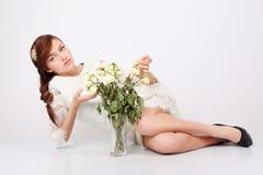 Den härliga kvinnan i openwork klänning ligger däckar på Royaltyfria Foton