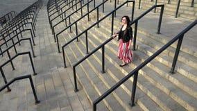Den härliga kvinnan i röd kjol är den rinnande bottenvåningen arkivfilmer