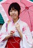 Den härliga kvinnan i traditionell japan beklär kimonot, kiev Arkivbild