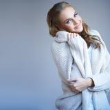 Den härliga kvinnan i vinter danar Arkivfoton