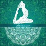 Den härliga kvinnan i yoga poserar på en etnisk bakgrund som hand-dras, vektor Royaltyfria Foton