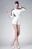 Den härliga kvinnan klädde elegant posera som var glamoröst - studiomodeskottet royaltyfri fotografi