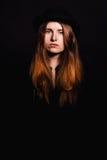 Den härliga kvinnan med den långa frisyren poserar på studion royaltyfria bilder