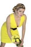 Den härliga kvinnan med en bukett av gula blommor Arkivfoton