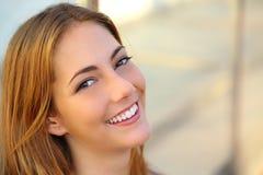 Den härliga kvinnan med ett perfekt vitt leende och slätar hud