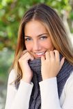Den härliga kvinnan med ett vitt gör perfekt leende i vinter Arkivfoton