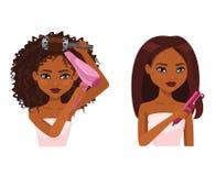 Den härliga kvinnan med hud för mörk brunt gör en frisyr Arkivbilder