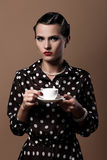 Den härliga kvinnan med kuper av kaffe Arkivfoto