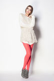 Den härliga kvinnan med långa sexiga ben klädde elegant posera Fotografering för Bildbyråer