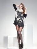 Den härliga kvinnan med långa sexiga ben klädde elegant posera i studion Royaltyfria Foton