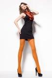 Den härliga kvinnan med långa sexiga ben klädde elegant posera i studion - full kropp Royaltyfria Bilder