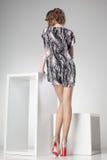 Den härliga kvinnan med långa sexiga ben klädde elegant posera i studion - full kropp Royaltyfria Foton