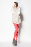 Den härliga kvinnan med långa sexiga ben klädde elegant posera i th royaltyfri fotografi