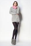 Den härliga kvinnan med långa sexiga ben klädde elegant posera i th arkivfoto