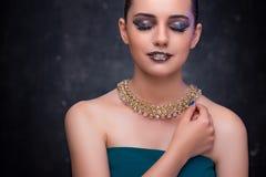 Den härliga kvinnan med trevliga smycken Royaltyfria Foton