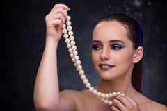 Den härliga kvinnan med trevliga smycken Arkivfoton