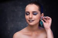 Den härliga kvinnan med trevliga smycken Arkivfoto