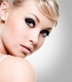 Den härliga kvinnan med utformar synar makeup. Fotografering för Bildbyråer