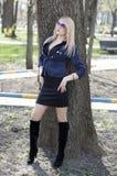 Den härliga kvinnan på ett träd parkerar in Fotografering för Bildbyråer