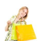 Den härliga kvinnan på shopping turnerar Royaltyfri Fotografi