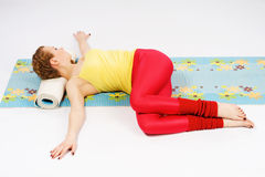 Den härliga kvinnan som gör sträckning, övar Arkivfoton