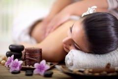 Den härliga kvinnan som har en wellness tillbaka, masserar Royaltyfria Foton