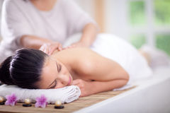 Den härliga kvinnan som har en wellness tillbaka, masserar Arkivfoton