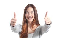 Härlig kvinna som ler med båda tum upp Arkivbild