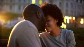 Den härliga kvinnan som slår ömt pojkvänner, vänder mot och att nuzzling på datum, romantiker arkivbilder