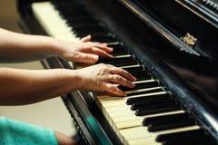 Den härliga kvinnan som spelar pianot, slut av kvinnan, räcker upp att spela pi arkivfoton