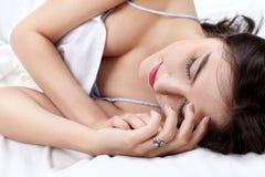 Den härliga kvinnan sover i säng Royaltyfria Bilder